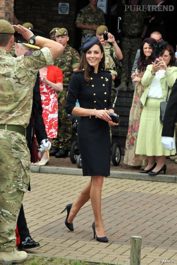 Indispensable n°4   :  Le manteau long    Signé Alexander McQueen, ce manteau aux boutons dorés apporte une allure impériale à Kate Middleton en un tour de main. Tout ce qu'elle aime.