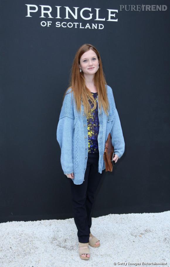 Bonnie porte un gilet oversize qui marque la mode boyish et l\u0027associe à un  sac cartable, emblême du style des school girls.