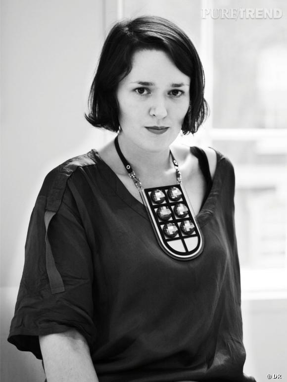 Holly Fulton   Son CV : Diplômée du Edinburgh College of Art et du Royal College of Art, Holly Fulton crée sa propre marque en 2009 et présente sa première collection pour la saison Automne-Hiver 2010-2011.  Son style : Imprimés graphiques et bijoux XXL, et le travail de matières ultra-luxe. Elle cite volontiers les grandes maisons italiennes Gucci, Versace ou Moschino comme influences.   www.hollyfulton.com