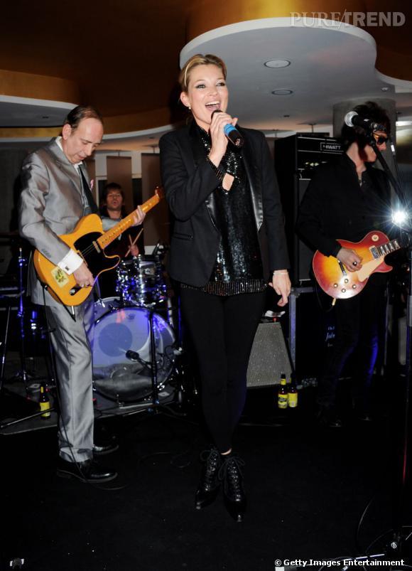 """À force de fréquenter des rockeurs, il fallait bien que Kate nous dévoile ses talents de chanteuse. On peut l'entendre entre-autres dans la chanson  """"La Belle et la Bête""""  des Babyshambles ou dans  """"Dirty Robot""""  avec les Lemonsheads."""