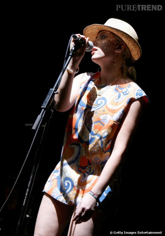 """En plus d'être l'une des femmes les plus sexy d'Hollywood et une muse pour Woody Allen, Scarlett est désormais chanteuse. Elle collabore avec Pete Yorn, revisite des chansons de Tom Waits et vient de sortir la reprise de """"Bonnie and Clyde"""" avec Lulu Gainsbourg. Pas mal."""
