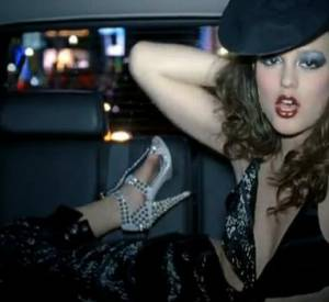 "Leighton Meester pousse la chansonnette avec Robin Thicke dans le duo ""Somebody to love""."