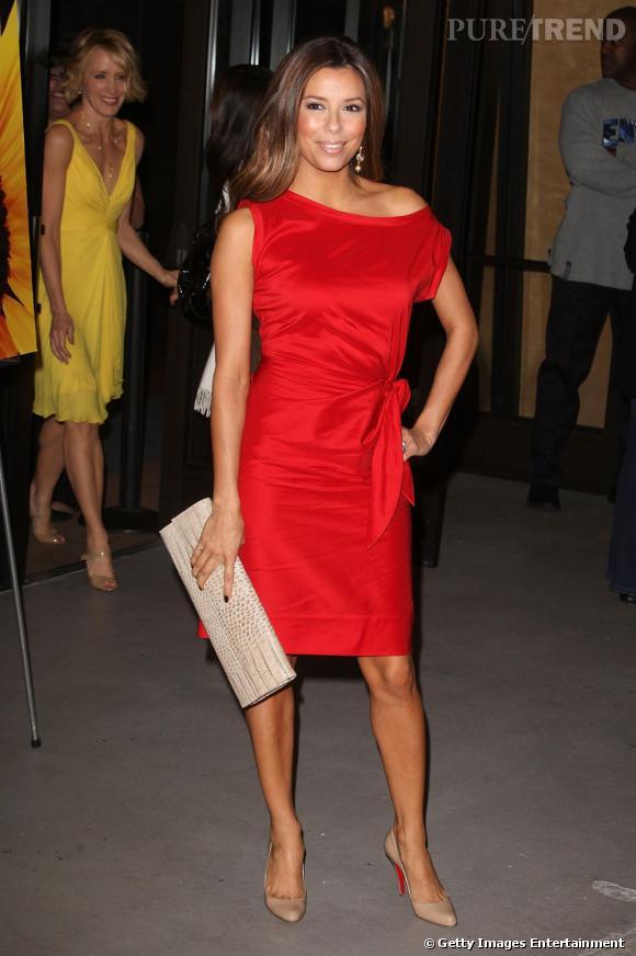 Eva Longoria cumule rouge et tombé de tissu pour plus de séduction.