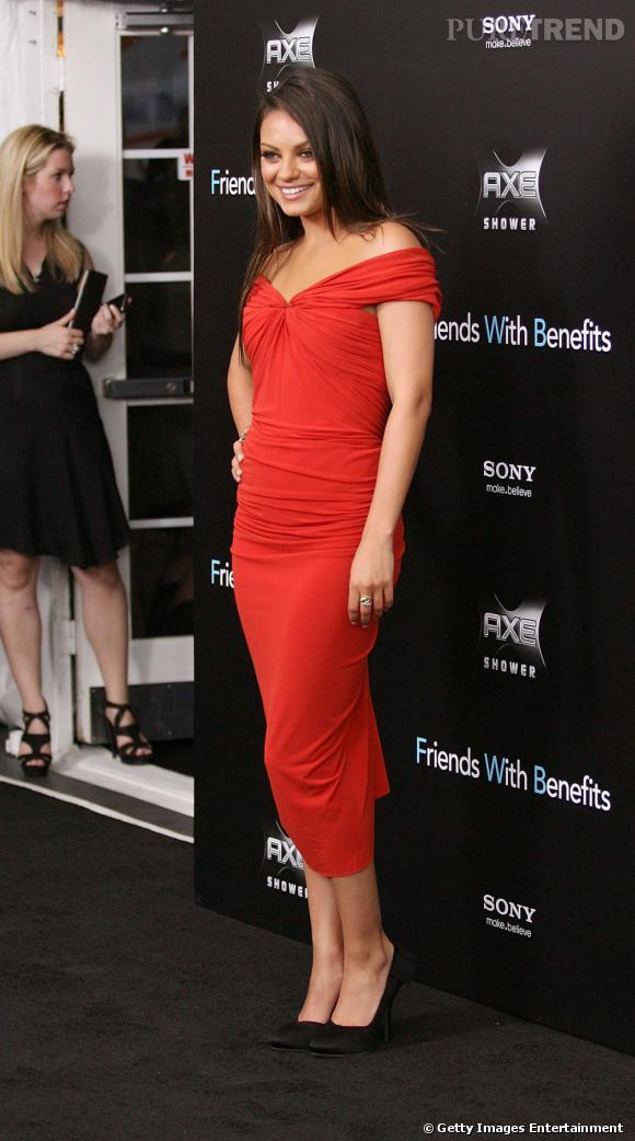 Drapée et rouge, la robe Lanvin de Mila Kunis fait son petit effet.