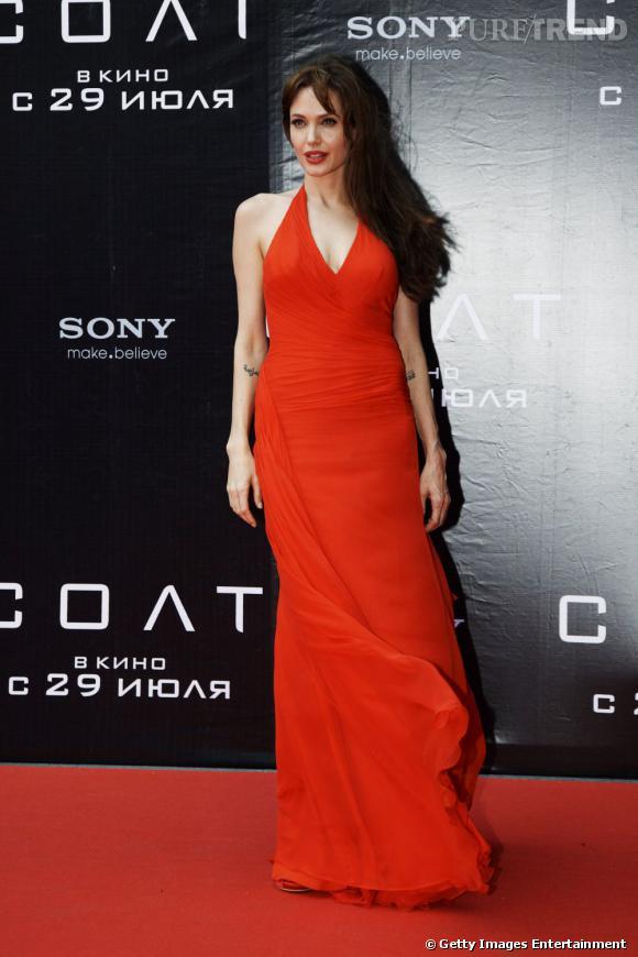 Angelina Jolie se fait séductrice avec une longue robe Atelier Versace.