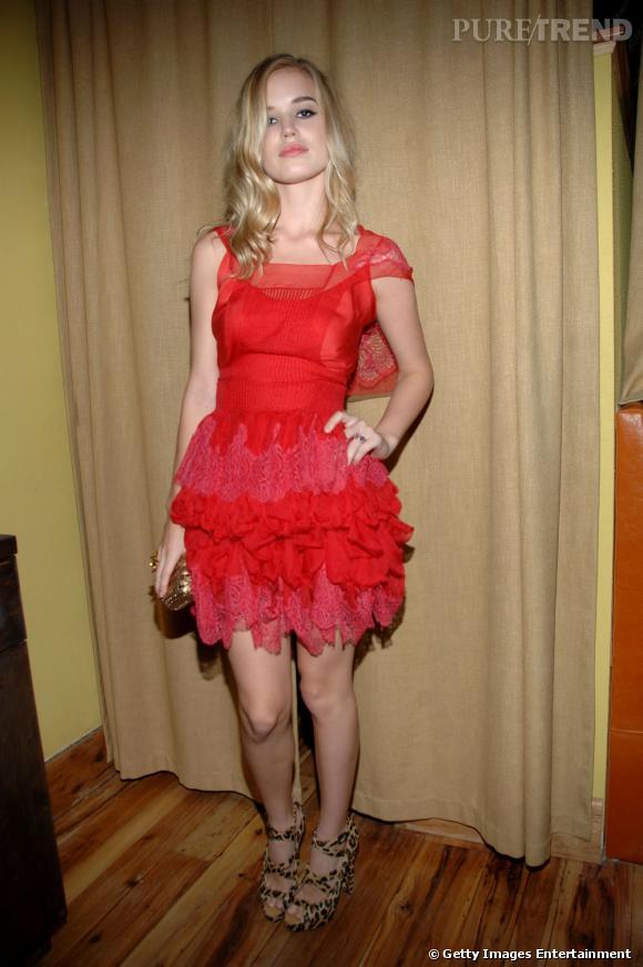 Rouge froufrous pour Georgia May Jagger en robe Meadham Kirchhoff. Pour donner un peu plus de séduction au tout, elle se juche sur une paire léopard.