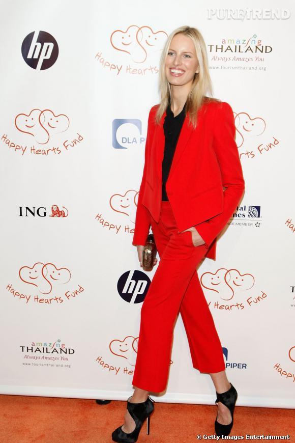 Le top Karolina Kurkova n'a pas froid aux yeux et ose le smoking revisité en rouge.