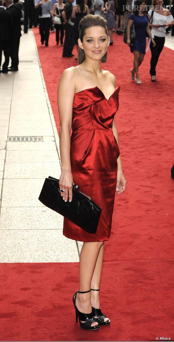 Rouge passion pour Marion Cotillard en robe Vivienne Westwood.