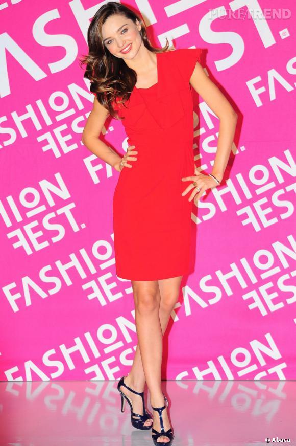 Miranda Kerr, l'Ange de Victoria's Secret opte pour le rouge sur une minirobe.