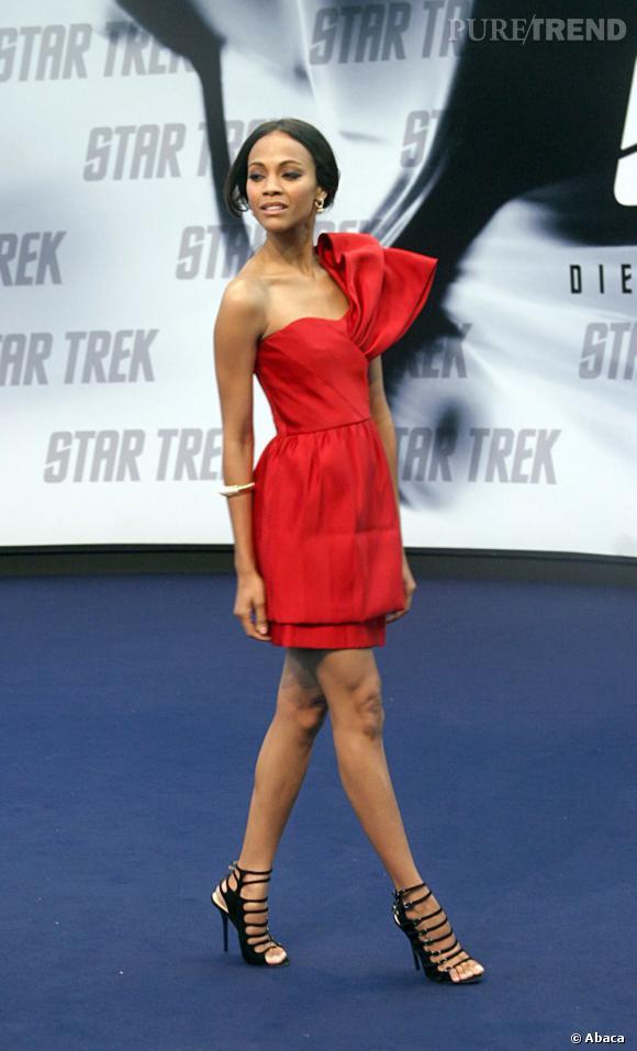 Rouge glamour pour Zoe Saldana en Prabal Gurung.