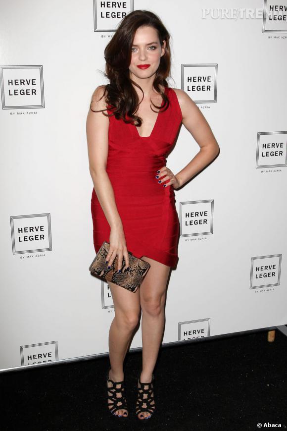 Rouge sexy en Hervé Léger pour Roxane Mesquida.