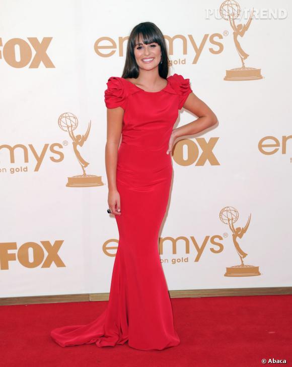 Lea Michele profite de sa carnation pour endosser une robe Marchesa aux manches boutons de fleur.