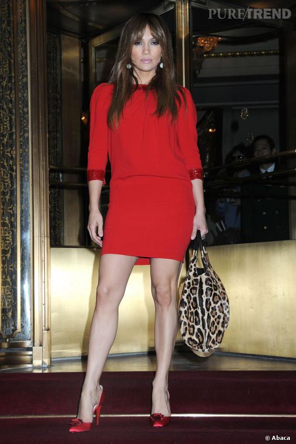 Diva, Jennifer Lopez connaît le potentiel séduction du rouge, même en manches longues.