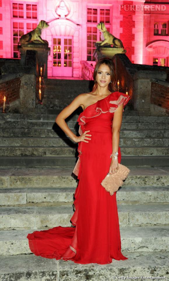 Jessica Alba mise sur le rouge Valentino pour séduire de façon ultra-glamour.