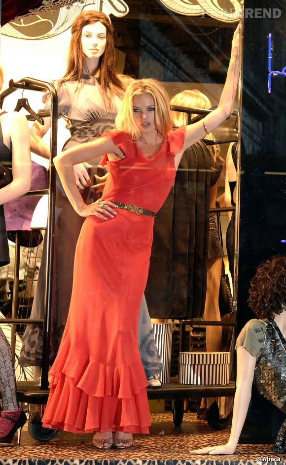 Même une adepte du noir comme Kate Moss ne résiste pas à la vague rouge avec une robe Topshop.