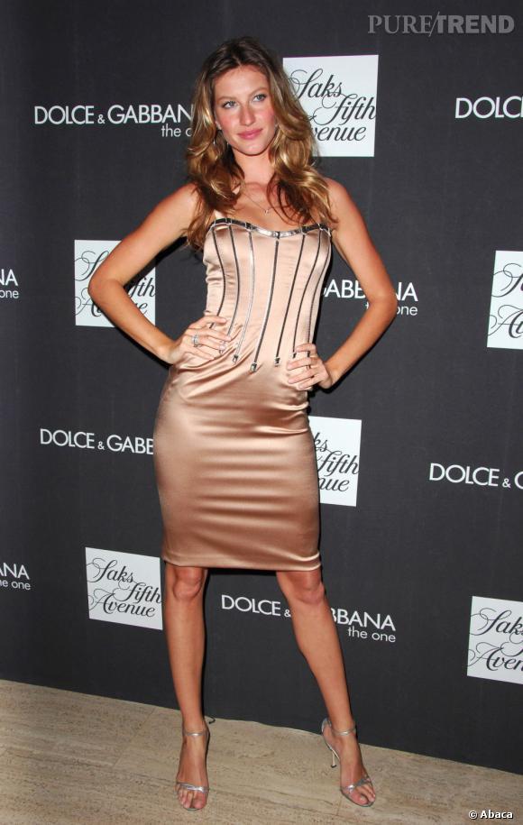 Le flop sexy 1 : satin + effet corset + pose suggestive : Gisèle en fait trop.