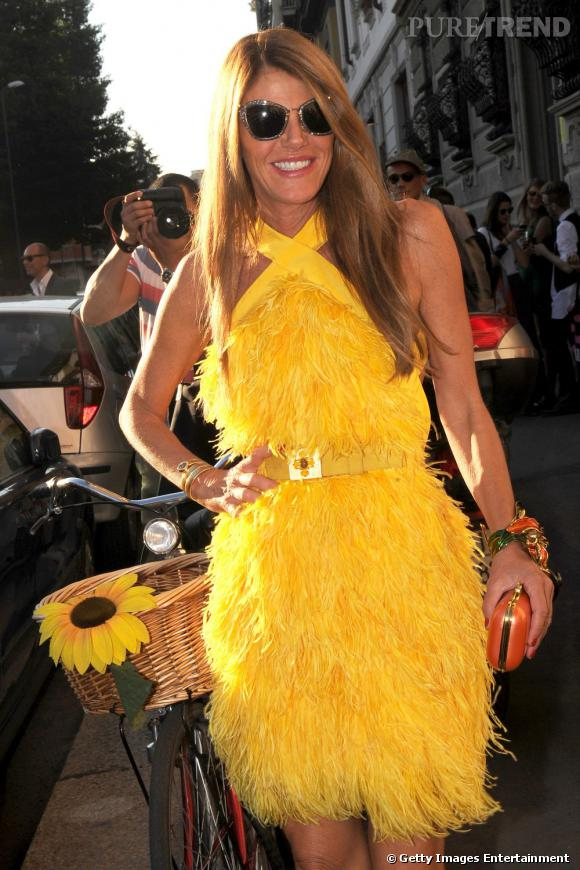 Anna en robe Versace à plumes.