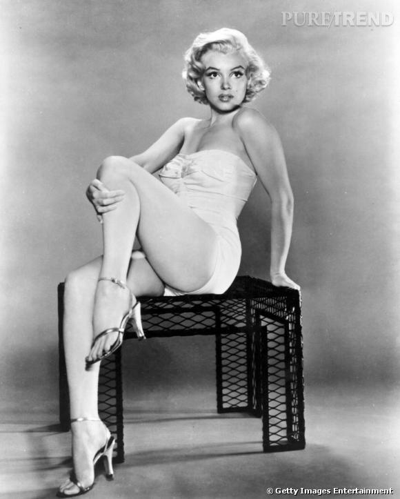 """En 1954, lors d'une interview, un journaliste a demandé à Marilyn Monroe ce qu'elle mettait avant de dormir. La demoiselle a répondu """"Juste quelques gouttes de N°5"""". Ces quelques mots ont propulsé le parfum en produit vedette de la Maison. Le début d'une longue histoire..."""