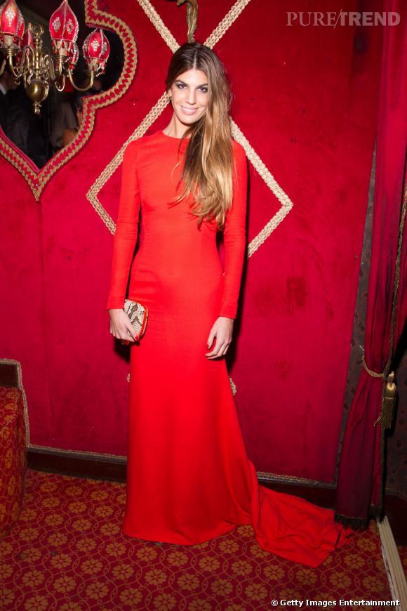 Bianca Brandolini d'Adda, séductrice dans une robe rouge passion.
