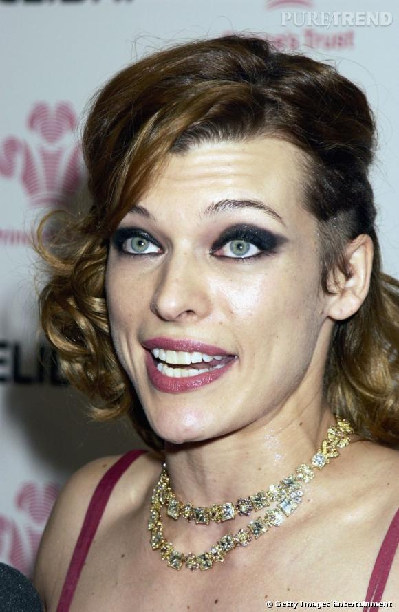 Le flop maquillage : le noir pailleté est trop lourdement appliqué sur l'ensemble de la paupière. Ce n'est vraiment pas élégant.