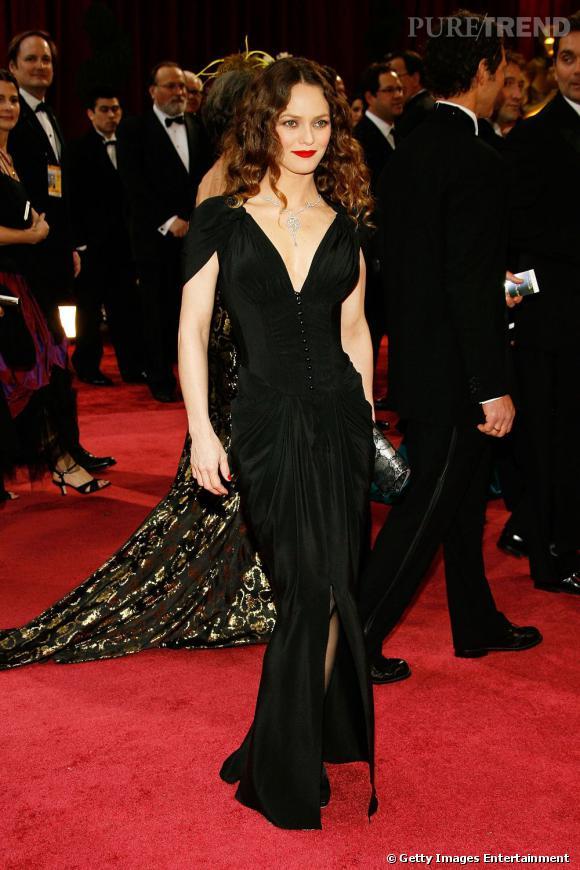 Théâtrale dans un fourreau noir et les lèvres rouge sang, un look de belle démoniaque pour Vanessa Paradis.