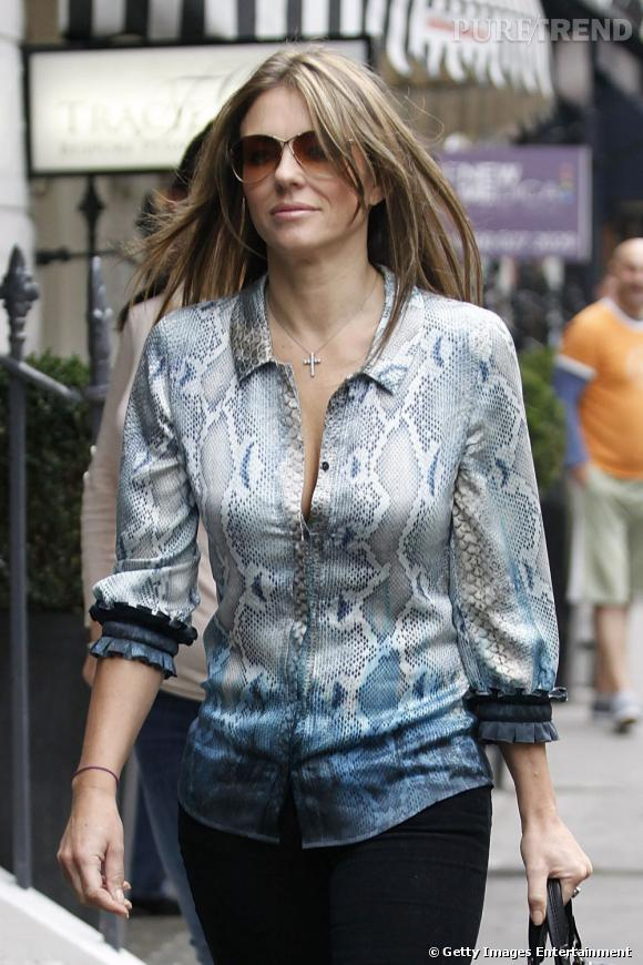 Elizabeth Hurley, alias Liz, dans les rues de Londres.