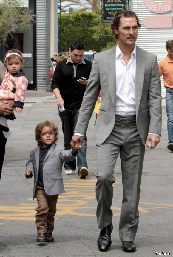 Le beau Matthew McConaughey n'est pas seulement un papa exemplaire. Le beau gosse est aussi un grand ami des animaux (si, si). Ainsi, pendant l'ouragan Katrina il a sauvé plusieurs chiens et chats. Mais il ne s'est pas arrêté là car l'année dernière il a également aidé un chat qui avait été immolé par deux jeunes. Chapeau l'ami.