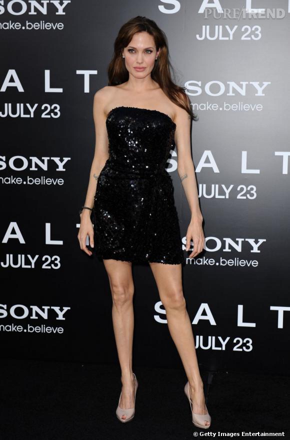 La bombe fatale Angelina Jolie a longtemps été victime des moqueries d'élèves dans son école. Ses lunettes et son appareil dentaire n'étaient apparemment pas très bien vus. La belle a bien pris sa revanche.