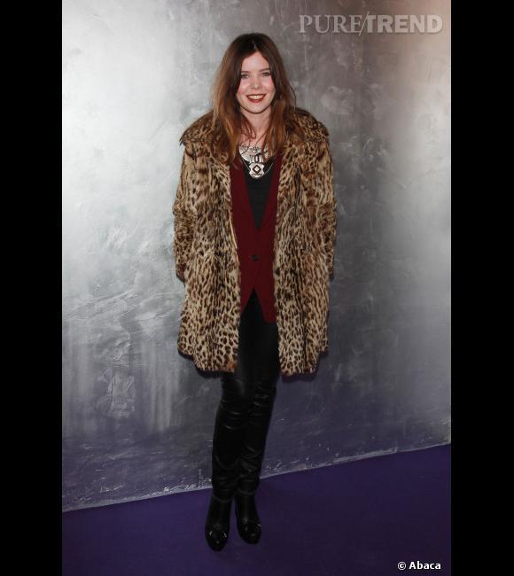La jeune femme prend la pose dans une tenue rock'n'roll et mixe sans complexe le cuir et le léopard. Coup de coeur pour le collier ethnique qui apporte un peu d'authenticité à la tenue.