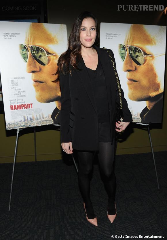 L'actrice en total look noir mise sur des escarpins à bouts pointus rose poudré.