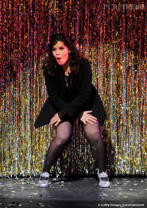 """America Ferrera fait ses débuts sur les planches avec la comédie musicale """"Chicago"""" à Londres."""