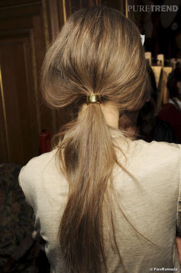 Un anneau doré à la place d'un banal élastique et voilà votre chevelure qui prend des allures précieuses.