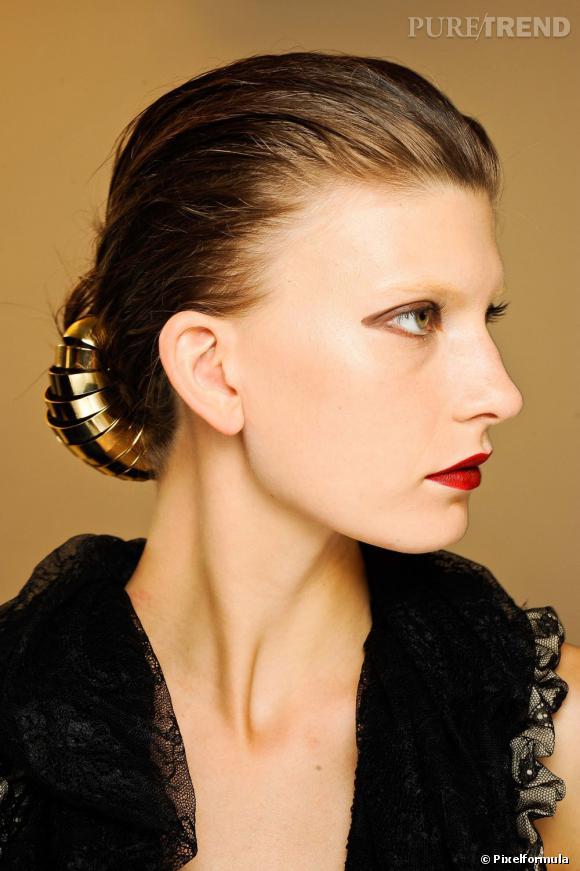 Accessoire cheveux mariageEnvie dhabiller votre chignon ? Avec un tel bijou de cheveux, ce dernier ne passera pas inaperçu.