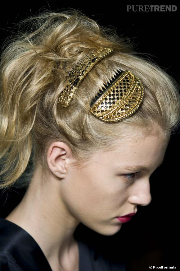 Les fêtes se font dorées avec un peigne brosse précieux.