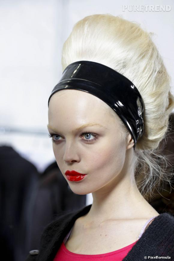 Out le serre-tête en velours, on se fait une coiffure rock tendance rétro avec un hairband en vinyle.