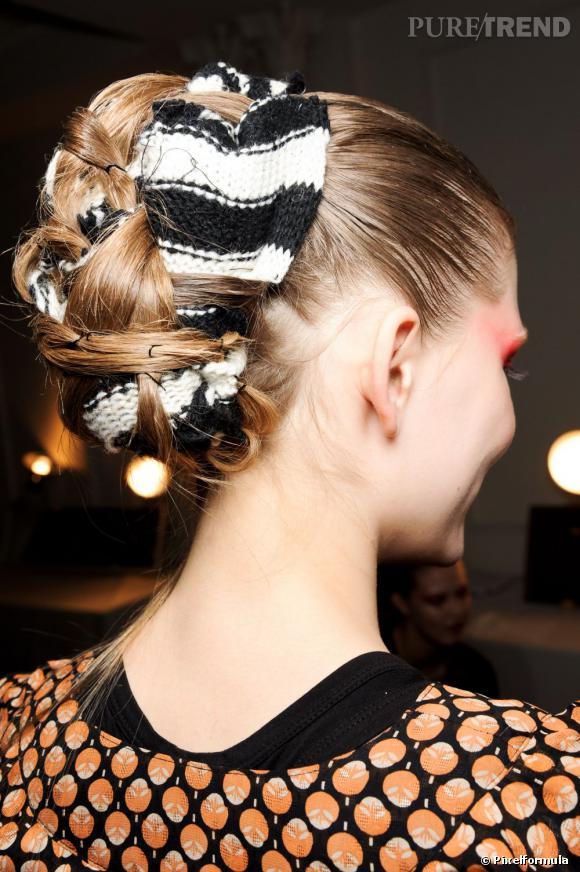 Le chignon s'habille de lainage pour une coiffure originale.