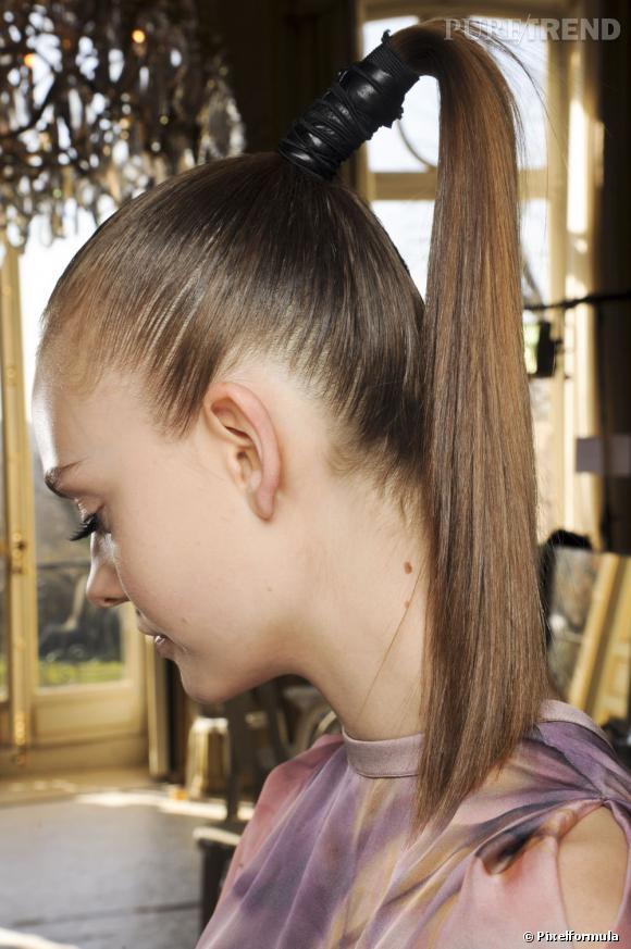Plus qu'un simple décor, l'accessoire cheveux permet de réinventer des coiffures comme la  ponytail .