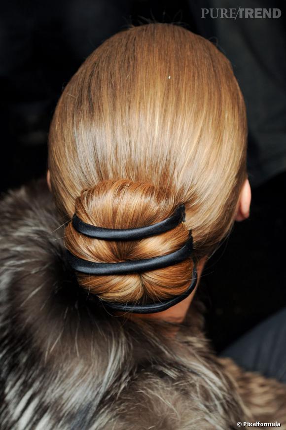 Le chignon se raye d'élastiques pour une coiffure apprêtée.