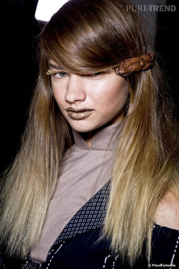 Très tendance, l'accessoire en matière naturelle, comme ici la barrette en cuir.