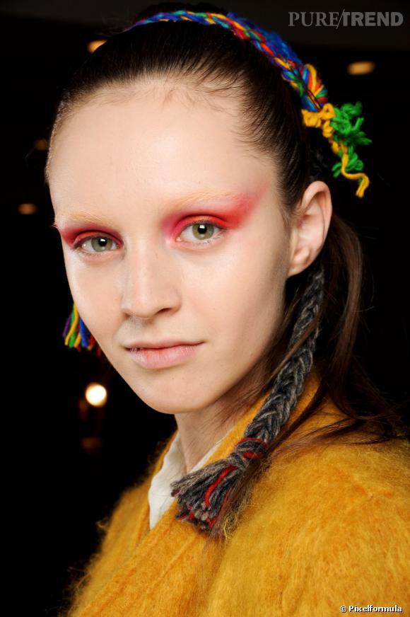 La coiffure se fait ethnique avec des hairbands colorés.