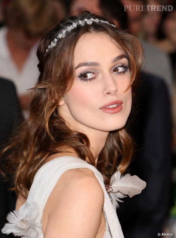Pour une chevelure qui illumine, on ose le hairband bijou façon diadème, comme Keira Knightley.