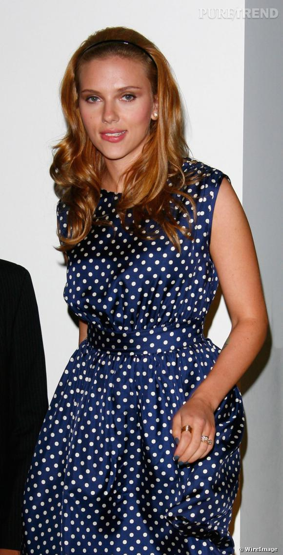 Scarlett Johansson, sex symbol d'Hollywood, se fait des allures d'écolière, serre-tête dans les cheveux.