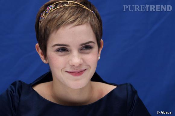 Emma Watson personnalise sa  coupe à la garçonne  avec un hairband doré à perles.