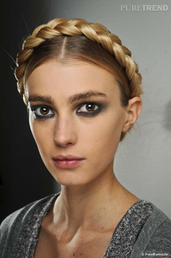 Follement tendance, la  natte  s'exhibe sur tous les fronts et se porte sur des cheveux libres comme des chignons.