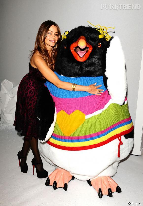 L'actrice pose au côté d'un pingouin.