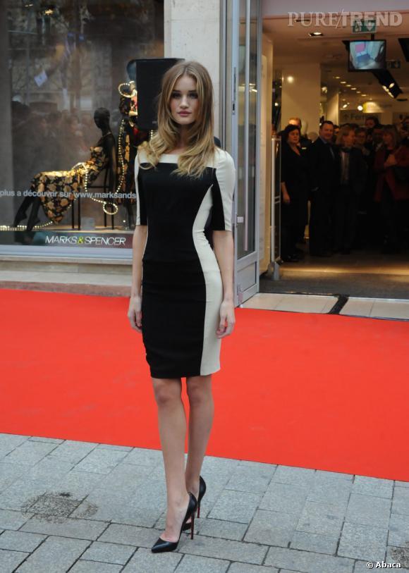 Rosie Huntington-Whiteley lors de l'inauguration de la boutique Marks & Spencer sur les Champs Élysée à Paris.