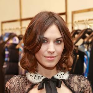 Les 50 plus belles coiffures 2011 Attachée à son carré mi-long, Alexa Chung customise sa coiffure de petite fille sage avec quelques ondulations. On aime.