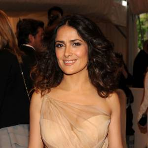 Les 50 plus belles coiffures 2011 Salma Hayek cultive ses boucles parfaites avec un brushing au volume XXL. Glamour !