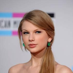 Les 50 plus belles coiffures 2011 Taylor Swift nous a fait une jolie démonstration de ponytail cette année. On aime sa version sur le côté, simple et naturelle.