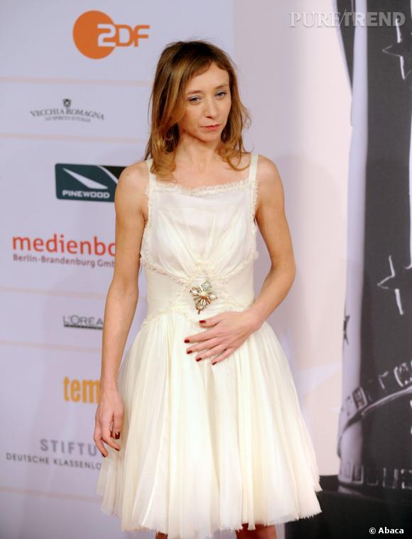 Le drapé de la jupe confère à Sylvie Testud des airs de danseuse étoile.